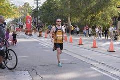 TORONTO, ON/CANADA - OCT 22, 2017: Maratońskiego biegacza Simon omijanie Zdjęcie Stock