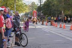 TORONTO, ON/CANADA - OCT 22, 2017: Maratońskiego biegacza Simon przepustki Fotografia Stock