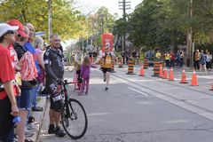 TORONTO, ON/CANADA - OCT 22, 2017: Maratońskiego biegacza Simon przepustki Zdjęcie Royalty Free