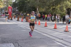 TORONTO, ON/CANADA - OCT 22, 2017: Maratońskiego biegacza Tanis omijanie Obrazy Stock
