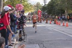 TORONTO, ON/CANADA - OCT 22, 2017: Maratonu biegacz przechodzi Zdjęcie Royalty Free