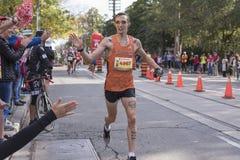 TORONTO, ON/CANADA - OCT 22, 2017: Maratonu biegacz przechodzi Zdjęcie Stock