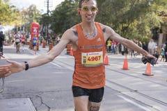TORONTO, ON/CANADA - OCT 22, 2017: Maratonu biegacz przechodzi Obrazy Royalty Free
