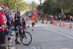 TORONTO, ON/CANADA - OCT 22, 2017: Maratonu biegacz przechodzi Obraz Stock