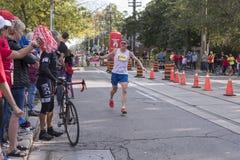TORONTO, ON/CANADA - OCT 22, 2017: Maratonu biegacza przechodzić Obrazy Royalty Free
