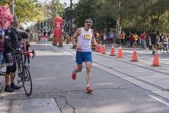 TORONTO, ON/CANADA - OCT 22, 2017: Maratonu biegacza przechodzić Fotografia Stock