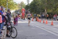 TORONTO, ON/CANADA - OCT 22, 2017: Maratonu biegacza przechodzić Zdjęcia Stock