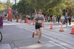 TORONTO, ON/CANADA - OCT 22, 2017: Maratonu biegacza przechodzić Zdjęcie Royalty Free