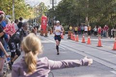 TORONTO, ON/CANADA - OCT 22, 2017: Maratonu biegacza przechodzić Obraz Royalty Free