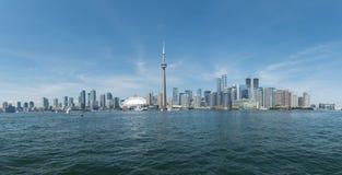Toronto cityscape från Lake Ontario Royaltyfri Foto