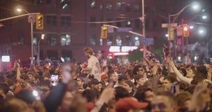 TORONTO - 13 DE JUNHO: Os fãs de Toronto Raptors comemoram a vitória histórica da sua equipe filme