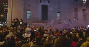 TORONTO - 13 DE JUNHO: Os fãs de Toronto Raptors comemoram a vitória histórica da sua equipe vídeos de arquivo