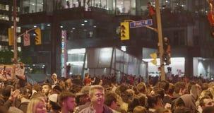 TORONTO - 13 DE JUNHO: Os fãs de Toronto Raptors comemoram a vitória histórica da sua equipe video estoque