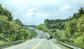 TORONTO - 8 de junho de 2018 - uma estrada conduz aos subúrbios de uma cidade de Newmarket, Canadá Imagens de Stock