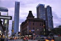 Toronto, el 24 de junio: Edificio céntrico en la calle de Yonge por noche de Toronto de la provincia de Ontario en Canadá Fotografía de archivo libre de regalías
