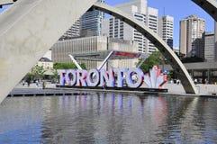 Toronto, el 24 de junio: Nathan Phillips Square con nuevo ayuntamiento de Toronto de la provincia de Ontario en Canadá Imagen de archivo libre de regalías
