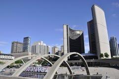 Toronto, el 24 de junio: Nuevo ayuntamiento de Nathan Phillips Square de Toronto en la provincia Canadá de Ontario Imágenes de archivo libres de regalías