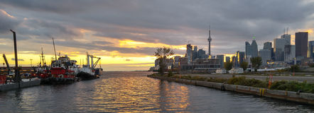 Toronto entra a bandeira dourada do por do sol do crepúsculo dos reboquees do porto Fotografia de Stock Royalty Free
