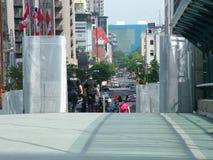 TORONTO - 23 giugno 2010 - le barriere della polizia intorno alla metropolitana Convention Center durante G20 le proteste a Toron fotografia stock libera da diritti