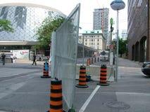 TORONTO - 23 giugno 2010 - le barriere della polizia intorno alla metropolitana Convention Center durante G20 le proteste a Toron fotografie stock libere da diritti