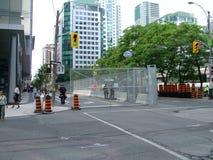 TORONTO - 23 giugno 2010 - le barriere della polizia intorno alla metropolitana Convention Center durante G20 le proteste a Toron immagini stock libere da diritti