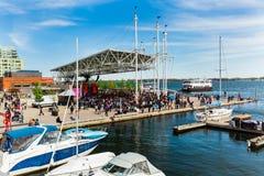 Toronto harbourfront teren z wiele ludźmi zbierającymi blisko koncertowego sceny i dopatrywania żywego występu, jeziorny Ontario Zdjęcia Royalty Free