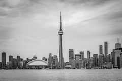 Toronto horisont för svartvitt regn - Arkivbild