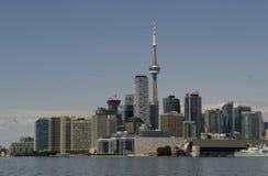 Toronto horisont med CN-tornet på Lake Ontario Arkivfoto