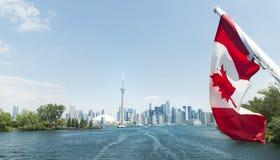 Toronto horisont med den kanadensiska flaggan royaltyfri bild