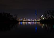 Toronto horisontsikt från Toronto öar på natten - Toronto, Ontario, Kanada Arkivbild