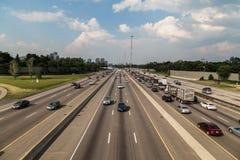 Toronto 401 huvudväg och trafik royaltyfri foto