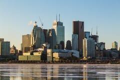Toronto i stadens centrum horisont i vintermånaderna royaltyfri foto