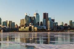 Toronto i stadens centrum horisont i vintermånaderna royaltyfria bilder