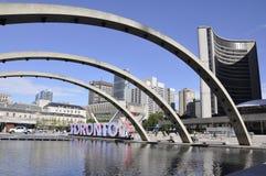 Toronto, il 24 giugno: Nathan Phillips Square di Toronto dalla provincia di Ontario nel Canada Immagine Stock Libera da Diritti