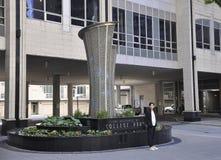 Toronto, il 24 giugno: Scolpisca la parte anteriore del parco dell'istituto universitario dentro in città da Toronto della provin Fotografia Stock