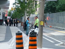 TORONTO - 23 juin 2010 - les barricades de police autour de la métro Convention Center pendant G20 les protestations à Toronto, O Images stock