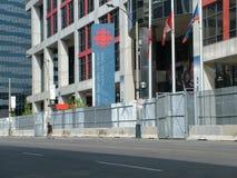 TORONTO - 23 juin 2010 - les barricades de police autour de la métro Convention Center pendant G20 les protestations à Toronto, O Photographie stock libre de droits