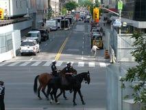 TORONTO - 23 juin 2010 - policiers marchant sur les rues sur des chevaux pendant G20 la protestation à Toronto, Ontario, Canada Image libre de droits