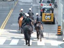 TORONTO - 23 juin 2010 - policiers marchant sur les rues sur des chevaux pendant G20 la protestation à Toronto, Ontario, Canada Photographie stock libre de droits
