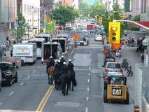 TORONTO - 23 juin 2010 - policiers marchant sur les rues sur des chevaux pendant G20 la protestation à Toronto, Ontario, Canada Images libres de droits