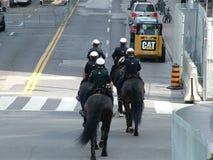 TORONTO - 23 juin 2010 - policiers marchant sur les rues sur des chevaux pendant G20 la protestation à Toronto, Ontario, Canada Image stock