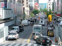 TORONTO - 23 juin 2010 - remorques de cheval de police et chevaux et dirigeants près du centre de convention de Toronto de métro  Photos stock