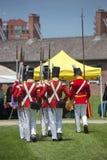 TORONTO - Juni 20: Män som bär den historiska marschen för militär likformig Fotografering för Bildbyråer
