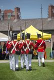 TORONTO - 20. Juni: Männer, die historischen Militäruniformmarsch tragen Stockbild
