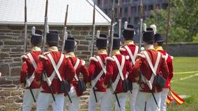 TORONTO - 20 juni: Mensen die historisch militair eenvormig maart dragen Royalty-vrije Stock Fotografie
