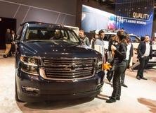 Toronto Kanada - 2018-02-19: Besökare av 2018 kanadensiska internationella AutoShow bredvid det nya Chevroletet Suburban 2018 Royaltyfri Foto