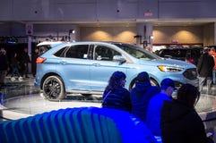 Toronto, Kanada - 2018-02-19: Goście 2018 Kanadyjskich Międzynarodowych AutoShow ma odpoczynek obok Ford krawędzi Nowego ST Obrazy Royalty Free