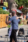 TORONTO AN KANADA - 29. JULI 2018: Ein zwischen verschiedenen Rassen Paartanzen in der Straße an Kensington-Markt in Toronto lizenzfreie stockfotos