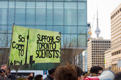 Toronto, Kanada - März für Wissenschafts-Demonstration mit KN-Turm Lizenzfreies Stockfoto