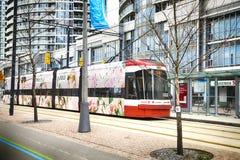 TORONTO KANADA - MAJ 5, 2018: Modern spårvagn i i stadens centrum Toronto, Kanada Arkivbilder